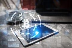 Cryptocurrency Bitcoin Οικονομική τεχνολογία Χρήματα Διαδικτύου χρυσή ιδιοκτησία βασικών πλήκτρων επιχειρησιακής έννοιας που φθάν Στοκ εικόνα με δικαίωμα ελεύθερης χρήσης