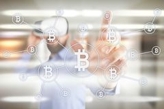 Cryptocurrency Bitcoin Οικονομική τεχνολογία Χρήματα Διαδικτύου χρυσή ιδιοκτησία βασικών πλήκτρων επιχειρησιακής έννοιας που φθάν Στοκ Φωτογραφίες
