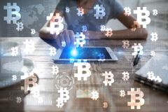 Cryptocurrency Bitcoin Οικονομική τεχνολογία Χρήματα Διαδικτύου χρυσή ιδιοκτησία βασικών πλήκτρων επιχειρησιακής έννοιας που φθάν Στοκ Φωτογραφία