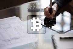 Cryptocurrency Bitcoin Οικονομική τεχνολογία Χρήματα Διαδικτύου χρυσή ιδιοκτησία βασικών πλήκτρων επιχειρησιακής έννοιας που φθάν Στοκ Εικόνες