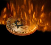 Cryptocurrency Bitcoin будучи выкованным в огне печи стоковые изображения rf