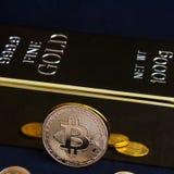 Cryptocurrency Bitcoin и бар золота на черной предпосылке стоковые изображения rf