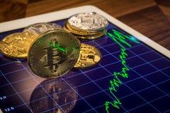 Cryptocurrency Bitcoin con el gráfico verde del mercado del precio Fotos de archivo