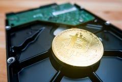 Cryptocurrency Bitcoin d'or sur le lecteur de disque dur image libre de droits
