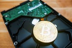 Cryptocurrency Bitcoin d'or sur le lecteur de disque dur photo stock