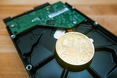 Cryptocurrency Bitcoin d'or sur le lecteur de disque dur images stock