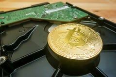Cryptocurrency Bitcoin d'or sur le lecteur de disque dur images libres de droits