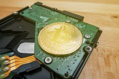 Cryptocurrency Bitcoin d'or sur le lecteur de disque dur image stock