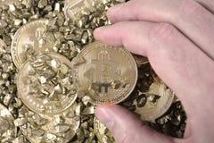 Cryptocurrency Bitcoin de oro Hombre que sostiene la moneda de oro en altcoin Foto de archivo libre de regalías