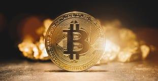 Cryptocurrency Bitcoin en hoop van goud - Bedrijfsconcept imag stock fotografie