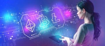Cryptocurrency - Bitcoin, Ethereum, Litecoin avec la femme à l'aide d'un comprimé photographie stock libre de droits