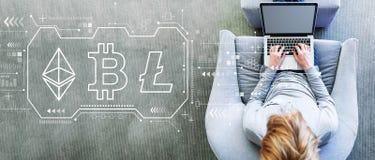 Cryptocurrency, Bitcoin -, Ethereum, Litecoin z m??czyzn? u?ywa laptop obrazy royalty free