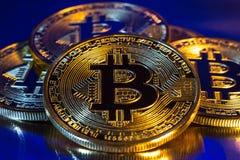 Cryptocurrency bitcoin fizyczna złota moneta na kolorowym tle zdjęcia stock