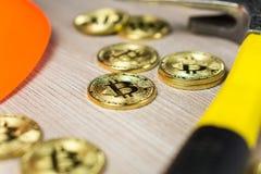 Cryptocurrency bitcoin kopalnictwo z górniczym hełmem i oskardem zdjęcia royalty free