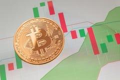 Cryptocurrency Bitcoin moneta nad pastylka ekranem obraz stock