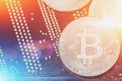 Cryptocurrency bitcoin moneta w błękitnym i pomarańczowym lekkim skutku Konceptualny wizerunek dla crypto waluty, kopii przestrze Fotografia Royalty Free