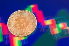 Cryptocurrency Bitcoin mynt över minnestavlaskärmen Fotografering för Bildbyråer