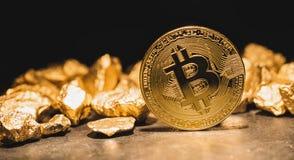 Cryptocurrency Bitcoin och kulle av guld- klumpar - conc affär royaltyfria bilder