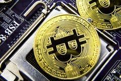 Cryptocurrency Bitcoin sulla scheda madre Moneta di oro Valuta virtuale Immagini Stock Libere da Diritti