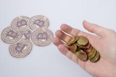 Cryptocurrency, bitcoins и монетки евро и рука Стоковые Изображения RF