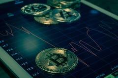 Cryptocurrency-bitcoins auf Schirmshow-Preissturzdiagramm Lizenzfreies Stockbild