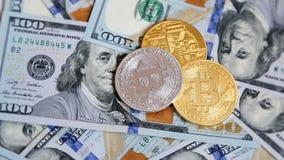 Cryptocurrency Bitcoins, das auf 100 Dollar Banknoten sich dreht stock footage