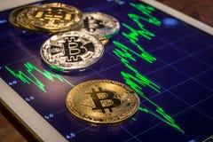 Cryptocurrency-bitcoins mit ZunahmeMarktpreisdiagramm Stockfoto