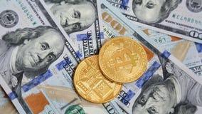 Cryptocurrency Bitcoins wiruje na 100 dolarach banknotów zbiory