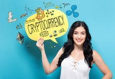 Cryptocurrency com a mulher que guarda uma bolha do discurso foto de stock