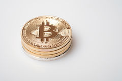 Cryptocurrency d'or de bitcoin sur le fond blanc Photos stock