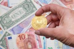 Cryptocurrency de Bitcoin con los billetes de banco del dólar y del euro Foto de archivo