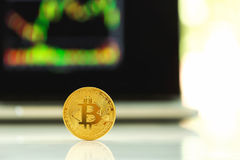 Cryptocurrency de bitcoin d'or avec un latop image libre de droits