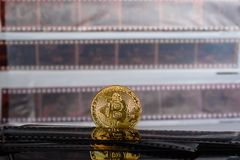 Cryptocurrency de Bitcoin en viejo fondo expuesto y desarrollado de las tiras de la negativa de película imágenes de archivo libres de regalías