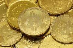 Cryptocurrency de Bitcoin et pièces de monnaie d'or photographie stock libre de droits