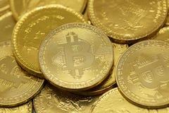 Cryptocurrency de Bitcoin et pi?ces de monnaie d'or photo stock