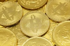 Cryptocurrency de Bitcoin et pi?ces de monnaie d'or photos stock