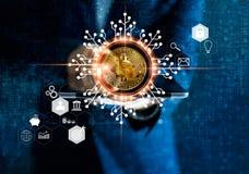 Cryptocurrency de Bitcoin Homem de negócios que guarda a tabuleta imagem de stock royalty free