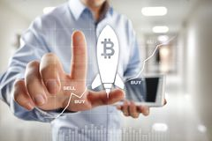 Cryptocurrency de Bitcoin Introduza no mercado a troca, a tecnologia financeira e o conceito digital do dinheiro imagem de stock