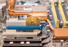 Cryptocurrency de Bitcoin no cartão-matriz do computador Cryptomoney de BTC imagem de stock