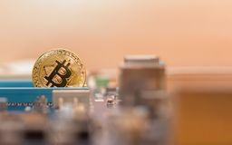 Cryptocurrency de Bitcoin no fundo de um cartão-matriz do computador fotos de stock royalty free