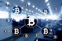 Cryptocurrency de Bitcoin y concepto de la tecnología del blockchain en fondo borroso de los rascacielos ilustración del vector