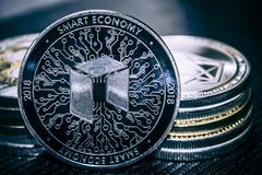 cryptocurrency de la moneda NEO en el fondo de una pila de monedas fotografía de archivo libre de regalías