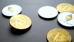 Cryptocurrency de oro del bitcoin que baja abajo en la tabla almacen de metraje de vídeo