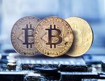 Cryptocurrency de oro en una placa de circuito del chip de ordenador, moneda electrónica, finanzas de Internet, tiro micro de Bit imágenes de archivo libres de regalías