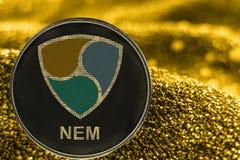 Cryptocurrency de pièce de monnaie PAS MENTIONNÉ AILLEURS sur le fond d'or crypto marque de XEM illustration de vecteur