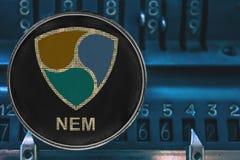 Cryptocurrency de pièce de monnaie PAS MENTIONNÉ AILLEURS XEM contre les nombres de l'arithmometer illustration libre de droits