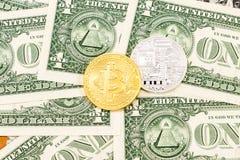 Cryptocurrency del Bitcoin que miente en los dólares americanos megabus fotografía de archivo