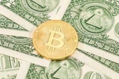 Cryptocurrency del Bitcoin que miente en los dólares americanos megabus fotografía de archivo libre de regalías