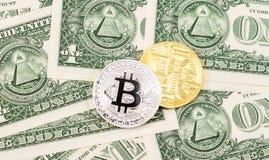 Cryptocurrency del Bitcoin que miente en los dólares americanos megabus fotos de archivo libres de regalías