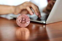 Cryptocurrency digitalt bitcoinmynt på arbetsplatsen arkivfoton